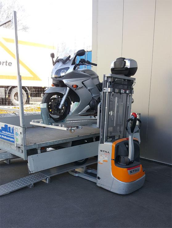Motorrad mit Hubstapler auf Hänger laden